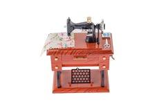 Model rocznik szwalna maszyna na białym tle Obrazy Stock