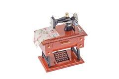 Model rocznik szwalna maszyna na białym tle Zdjęcia Royalty Free