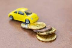 Model samochód na tle monety, pojęcie samochodowa pożyczka, ubezpieczenie samochodu, leasing, przewieziony podatek obraz stock