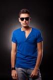 model slitage blå T-tröja och solglasögon Royaltyfri Fotografi