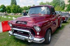 Model 101 1/2-ton van GMC Pick-up In de voorsteden Stock Afbeelding