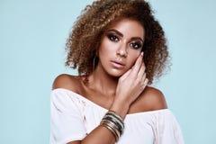 Model van de glamour het elegante zwarte hippy vrouw met krullend haar royalty-vrije stock afbeeldingen