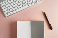 Model van document notaboek, computertoetsenbord op leeg kleurenbureau r royalty-vrije stock afbeelding