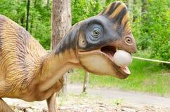 Model van een dinosaurus die een ei stal royalty-vrije stock afbeeldingen