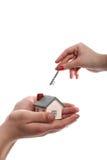 Model van een huis in handen en sleutel in een andere Royalty-vrije Stock Foto's