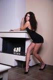 Model van Griekenland dichtbij de open haard Stock Fotografie