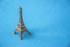 Model van het de toren het kleine metaal van Eiffel met juwelenring stock afbeeldingen