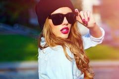 Model van het de vrouwenmeisje van de glamourlevensstijl het blonde in de toevallige doek van jeansborrels Stock Fotografie