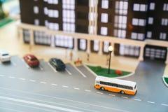 Model van het Grodsky-kwart, high-rise de bouw met heel wat flats die, weg, auto's en bussen parkeren Macro fotografie royalty-vrije stock fotografie