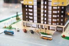Model van het Grodsky-kwart, high-rise de bouw met heel wat flats die, weg, auto's en bussen parkeren Het macro ontspruiten stock afbeelding
