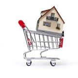 Model van het huis in boodschappenwagentje Royalty-vrije Stock Afbeelding