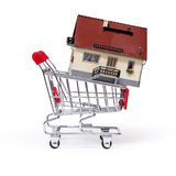 Model van het huis in boodschappenwagentje Royalty-vrije Stock Foto's