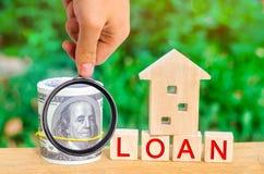 Model van het huis, geld en de inschrijvings` Lening ` Het kopen van een huis in schuld Familieinvestering in onroerende goederen royalty-vrije stock foto