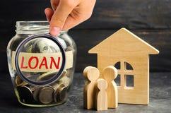 Model van het huis, geld en de inschrijvings` Lening ` Het kopen van een huis in schuld Familieinvestering in onroerende goederen stock afbeelding