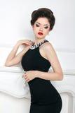 Model van het manier het mooie donkerbruine meisje in het zwarte kleding stellen Royalty-vrije Stock Afbeeldingen