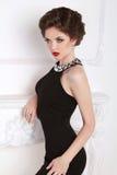 Model van het manier het mooie donkerbruine meisje in het zwarte kleding stellen Stock Foto