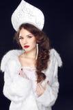 Model van het manier het Russische meisje in Slavische exclusieve ontwerpkleren  Stock Foto's