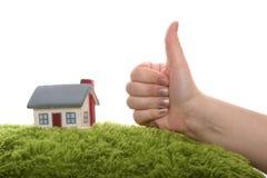 Model van huis met hand als o.k. symbool Royalty-vrije Stock Afbeelding