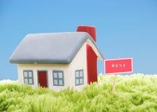 Model van huis op blauwe hemelachtergrond Stock Fotografie
