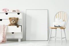 Model van leeg affiche en kabinet met pluchestuk speelgoed en roze spatie royalty-vrije stock fotografie