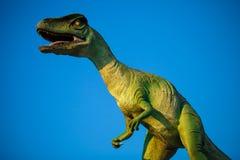 Model van Velociraptor die tegen blauwe hemel brullen royalty-vrije stock foto's