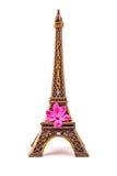 Model van weinig Toren van Eiffel met een roze bloem Stock Fotografie