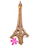 Model van weinig Toren van Eiffel met een roze bloem Stock Foto's