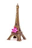 Model van weinig Toren van Eiffel met een roze bloem Stock Afbeelding