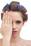Model verbergend haar oog Stock Foto