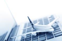 Model vliegtuig op laptop toetsenbord Royalty-vrije Stock Afbeeldingen