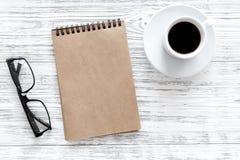 Model voor doelstellingen lijst voor 2018 Notitieboekje, glazen en kop van koffie op grijze houten hoogste mening als achtergrond Stock Foto