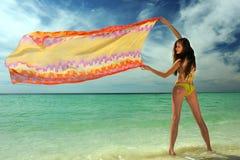 Model w żółtym bikini mienia pareo zdjęcie royalty free