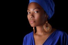 Model w afrykanina stylu z ekspresyjnym makijażem w jaskrawym i odziewa Zdjęcia Royalty Free