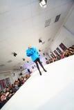 Model w błękitnym długość żakiecie na przedstawieniu fotografia stock