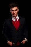 Model w czarnym kostiumu i czerwonym krawacie pozuje, fotografia royalty free