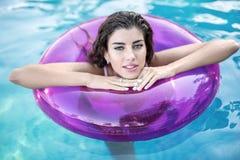 Model w gumowym pierścionku w pływackim basenie zdjęcie royalty free