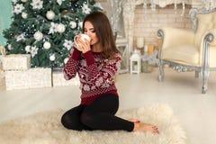 Model w jaskrawym pulowerze Zdjęcie Royalty Free