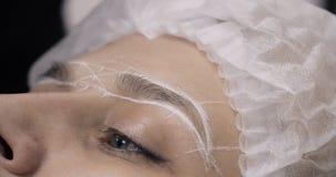 Model w kapeluszu z patroszonymi ocenami przed stałym makijażem zdjęcie wideo