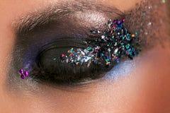 Model& x27; глаз s с составом и красочными кристаллами конец вверх Стоковое фото RF