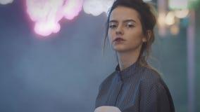 Model z Azjatyckim makijażem chodzi w popielatej koszula zbiory wideo