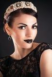 Model z czarnym makeup i diademem zdjęcia stock
