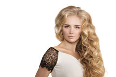 Model z długie włosy blondynek fala Fryzuje fryzura Włosianego salon Upd obraz stock