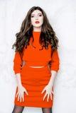 Model z długie włosy jest ubranym czerwieni suknią z fala Fryzuje fryzurę Obraz Stock