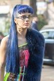 Model z długim błękitnym włosy jest ubranym Fendi suknię i błękitnego futerkowego żakiet fotografia stock