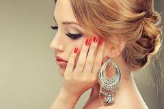 Model z elegancką fryzurą Fotografia Stock