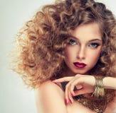 Model z kędzierzawym włosy Fotografia Royalty Free