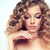 Model z kędzierzawym włosy Zdjęcie Royalty Free