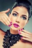 Model z modnym gwoździa połyskiem Fotografia Stock