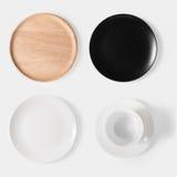 Model zwarte schotel, witte schotel, houten plaat en kop van koffiese stock afbeelding