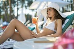 Model in zwempak op zonzitkamer Royalty-vrije Stock Afbeelding